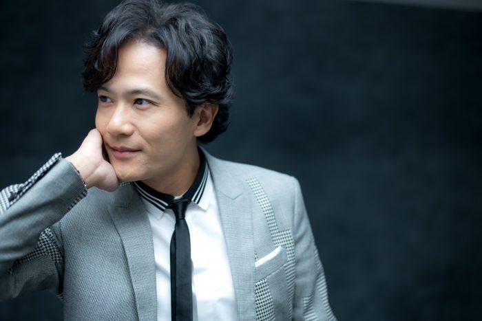 ライトグレーのスーツが似合う稲垣吾郎